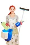 Femme de ménage avec le nettoyage photographie stock libre de droits