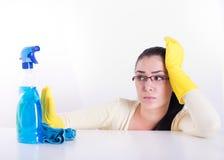 Femme de ménage fatiguée sur le blanc Images libres de droits