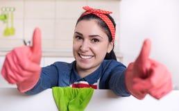 Femme de ménage montrant des pouces  photographie stock libre de droits