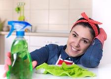 Femme de ménage montrant le pouce  photos stock