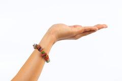 Femme de main gauche montrant pour les grippages et le bracelet sur le backgrou blanc Photo stock
