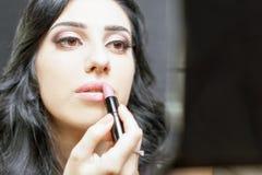 Femme de maquilleur faisant le maquillage utilisant la brosse cosmétique pour vous-même Image stock