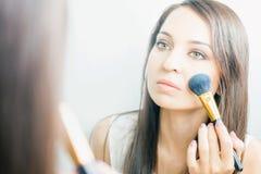 Femme de maquilleur faisant le maquillage utilisant la brosse cosmétique pour vous-même Photo libre de droits