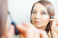 Femme de maquilleur faisant le maquillage utilisant la brosse cosmétique pour vous-même Image libre de droits