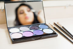 Femme de maquilleur faisant le maquillage utilisant la brosse cosmétique pour vous-même Images libres de droits