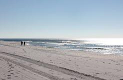 femme de marche d'homme de plage Photographie stock libre de droits