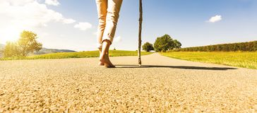Femme de marche sur la route photos stock