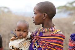 Femme de masai avec l'enfant image stock