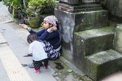 Femme de mendiant avec l'enfant sur la rue priant pour l'aumône photos stock