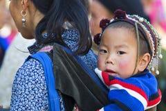 Femme de minorité avec son d'enfant dos dessus Image stock