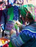 Femme de minorité de Hmong de Vietnamien essayant le nouveau costume traditionnel Photographie stock libre de droits