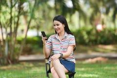 Femme de mode à l'aide d'un smartphone Photo libre de droits