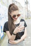 Femme de mode à l'aide du téléphone Photographie stock libre de droits