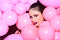 Femme de mode avec beaucoup de ballons à air roses Décor et célébration d'anniversaire fille rêvant dans la tendance ivre de past Photographie stock libre de droits