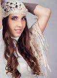 Femme de mode avec l'écharpe sur la tête image libre de droits