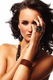 Femme de mode avec le bijou sur le fond blanc Photographie stock libre de droits