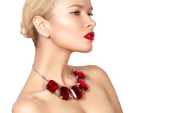 Femme de mode avec les bijoux de luxe Belle fille avec le collier lumineux Bijoux et accessoires à la mode Photographie stock