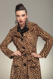 Femme de mode chez la pose animale de manteau d'impression Photos libres de droits
