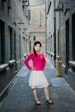 Femme de mode dans la vieille ruelle photos stock