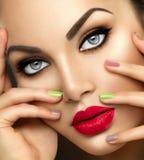 Femme de mode de beauté avec le maquillage vif Photos stock