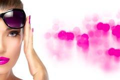 Femme de mode de beauté tenant ses nuances sur le front Lumineux faites Photos libres de droits