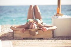 Femme de mode de plage d'été appréciant l'été et le soleil Concept du sentiment d'été, bonheur Images stock