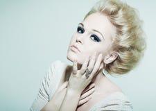Femme de mode de verticale avec les yeux lumineux Photographie stock libre de droits