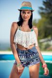 Femme de mode posant dans l'usage élégant photos stock
