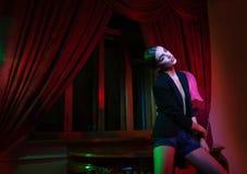 Femme de mode restant la table proche avec la lampe Photographie stock