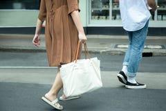 Femme de mode de rue avec la robe brune avec le blanc blanc Ca de coton Image libre de droits