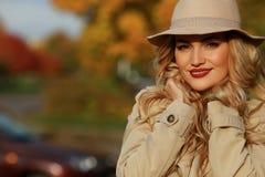Femme de mode souriant en parc d'automne fond jaune de jardin Photo libre de droits