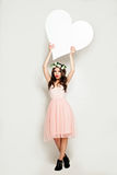 Femme de mode tenant la grande bannière blanche de coeur Image stock