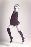 Femme de mode utilisant une jupe en vol Photographie stock