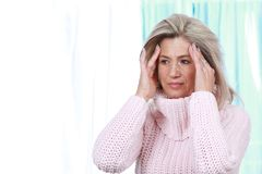 Femme de Moyen Âge avec le mal de tête et la migraine Photos libres de droits