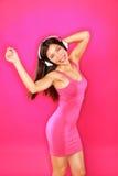 Femme de musique avec la danse d'écouteurs Photographie stock libre de droits