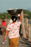 Femme de Myanmar continuant sa tête Photos stock