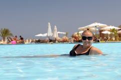 femme de natation de regroupement Photographie stock