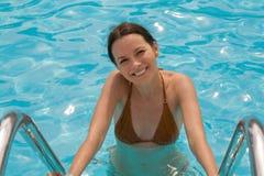 femme de natation de regroupement Images stock
