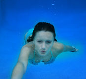 Femme de natation sous-marine Photos stock