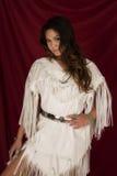 Femme de natif américain dans le blanc sur la jambe rouge montrant le regard photographie stock libre de droits