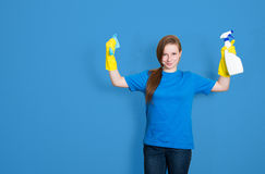Femme de nettoyage de domestique avec la bouteille de jet de nettoyage service de nettoyage Photo stock