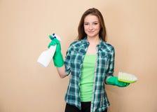 Femme de nettoyage dirigeant le tir de bouteille de jet de nettoyage heureux et le sourire Femme de nettoyage avec la bouteille d Photos libres de droits