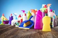 Femme de nettoyage dirigeant le tir de bouteille de jet de nettoyage heureux et le sourire photos stock