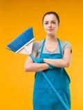Femme de nettoyage heureuse de maison photos libres de droits