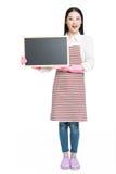 Femme de nettoyage montrant le panneau vide de signe Photographie stock libre de droits
