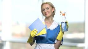 Femme de nettoyage tenant le jet et les chiffons clips vidéos