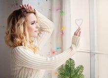Femme de Noël à la maison avec amour Photo libre de droits