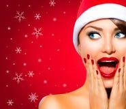 Femme de Noël dans le chapeau de Santa Photos libres de droits