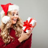 Femme de Noël heureux dans le chapeau de Santa Photos libres de droits