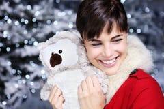 Femme de Noël souriant avec le cadeau, jouet de peluche de hibou, Images libres de droits